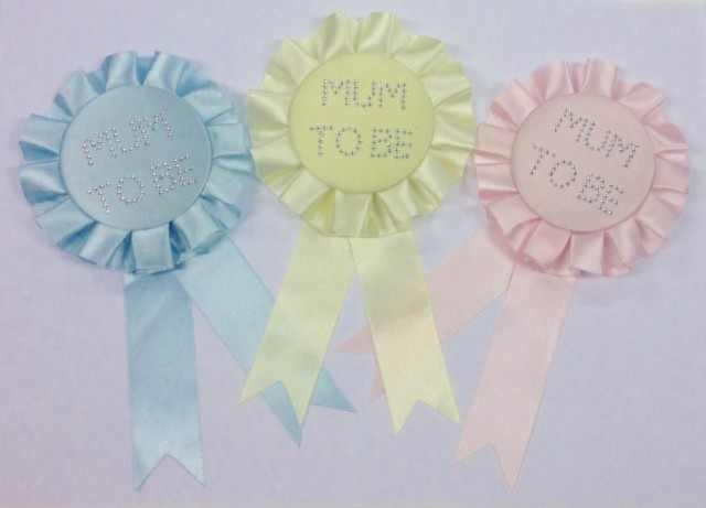 "Kommer i tre farger, button med skriften ""mum to be"" - Lys gul til baby shower"